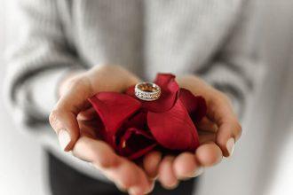 最近東興當鋪越來越常收到詢問賣黃金戒指/賣黃金項鍊的訊息,大都是想知道如何賣金飾,想將手邊不需要用的黃金賣出,例如賣結婚金飾。依照台灣人的習俗,結婚時一定都會配戴整套的金飾,不管是項鍊、手環、戒指、耳環甚至是頭飾,就算不是買整套的,多少還是會買一些來配戴。然而,這種金飾為了因應結婚場合,造型都很華麗浮誇,也因為誇張的造...