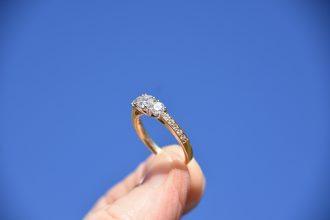 你了解鑽石回收價格嗎?鑽石普遍多為0.3、0.5克拉,再來1克拉、2克拉甚至以上,是市面上較普遍的款式,那您了解鑽石回收價格,以及如何判斷鑽石的價值嗎?以下為您解答,普遍人當然都認為鑽石越大越貴,其實這只是其中一項鑽石收購價格參考的主軸,主要判斷鑽石的價格都會看鑽石所附的GIA證書來決定價格,GIA證書裡面包含鑽石色澤、切工、淨度等等來決定鑽石的價格。
