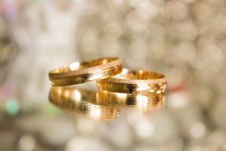 很多人想賣黃金時,都想找到相對高價回收黃金的黃金收購單位,不論在買或賣,多多少少都會問店家做比較,每個人都希望可以拿到最優惠的價格,金價近期一直有上漲的趨勢,一錢已經突破了五千大關,每天每小時金價都有微幅的變化。而美間銀樓或當鋪所收與賣的價格都不進相同,例如去百貨公司買黃金,價錢一定是比外面的銀樓還貴,主要是因為品牌的加持,但最後要賣的時候都是相同價位,不會因為在百貨公司買就能賣得更高價。