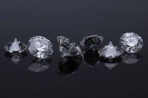 除了黃金之外,有的人會購買鑽石作為收藏與增值的項目之一,當急需用錢時,鑽石就成了資金周轉的好夥伴。王小姐因新冠疫情影響,獨立品牌的餐飲店嚴重受到影響,為維持店面正常營運,決定將之前收藏的50分二手鑽石戒指拿去周轉換現金。那麼50分鑽石價格約落在哪個區間範圍?每間收購鑽石的鑽石估價價格都是固定的嗎?會受到什麼因素影響價格?就…